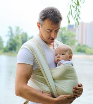 Opiekun z dzieckiem w huście